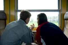 2 som ut ser fönstret Arkivfoton
