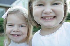 2 sorelle esterne Fotografia Stock