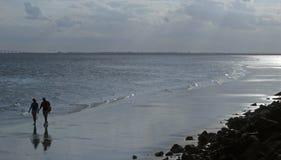 2 spacer na plaży zdjęcie stock