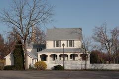 2-stöckiges weißes Haus Lizenzfreie Stockbilder