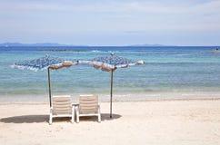 2 Stühle auf Strand vor dem Meer stockfotos