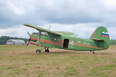 An-2 steht mit Triebwerklauf Stockbild