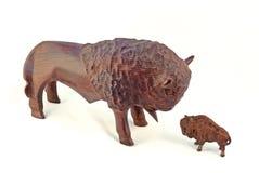 2 stieren ontmoeten frontale kleine en grote vergelijking Stock Foto's