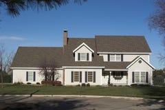 2-Story una casa esecutiva - vista frontale Fotografia Stock