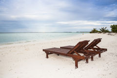 2 sunbeds на пляже Стоковые Фотографии RF