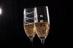 2 svarta champageexponeringsglas för bakgrund Arkivfoton