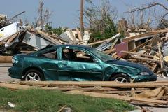 2 Tür-Auto nach Tornado Stockfotos