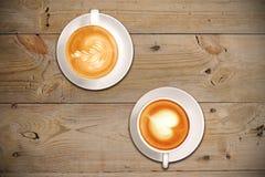 2 tazas de café con arte del latte Foto de archivo