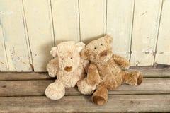 2 teddybears на древесине Стоковая Фотография