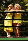 2 tienervrouw het ontspannen Royalty-vrije Stock Afbeeldingen