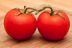 2 Tomaten 3. 2 tomatoes on a wooden board Royalty Free Stock Image