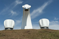 2 torneiras e esculturas do bico de água pelo mar imagens de stock