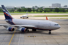 2 vliegtuigen het parkeren Royalty-vrije Stock Afbeeldingen