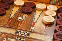 2 Würfel auf dem Backgammonschreibtisch. Stockbilder