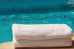 2 weiße towles durch das Pool Stockfoto