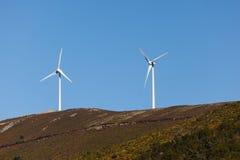 2 windmillturbiner för utveckling av elkraft driver Arkivfoto