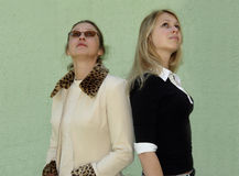 2 women looking up Royalty Free Stock Photography