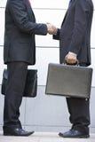 2 zakenlieden die buiten bureau samenkomen Stock Foto's