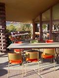 20世纪50年代咖啡馆: 室外就座 库存照片