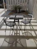 20世纪50年代椅子庭院现代主义者表 免版税图库摄影