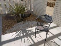 20世纪50年代椅子庭院现代主义者 图库摄影