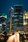 Σιγκαπούρη, 20.2013 Δεκεμβρίου: Άποψη του ορίζοντα πόλεων τη νύχτα μέσα Στοκ Εικόνες