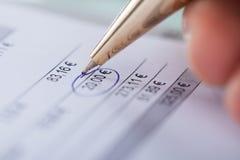 Рука объезжая 20 евро с ручкой Стоковое Фото