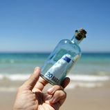 20在瓶的欧元钞票在海滩发现了 免版税库存图片
