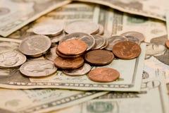 20 contas de dólar com moedas Fotografia de Stock Royalty Free