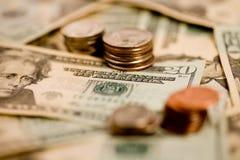 20 Dollarscheine mit Münzen Lizenzfreie Stockfotos