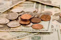 20 Dollarscheine mit Münzen Lizenzfreie Stockfotografie