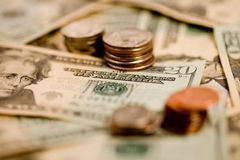 20 fatture del dollaro con le monete Fotografie Stock Libere da Diritti