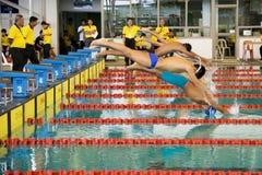 200个活动男孩蛙泳测量游泳 免版税库存图片