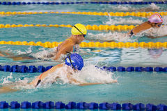 200 mètres de filles de brasse d'action nageant Photos stock