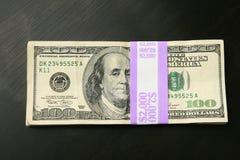 $2000 dans 100 billets d'un dollar Photographie stock libre de droits