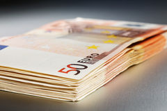 2000 Euro auf einem glänzenden Metallvorstand stockfotografie
