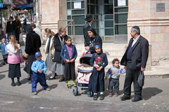 耶路撒冷,以色列- 2006年3月15日:普珥节狂欢节 孩子和成人在传统犹太衣物穿戴了 免版税库存照片