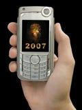 2007 e fogos-de-artifício no indicador do telefone móvel à disposicão Imagens de Stock Royalty Free