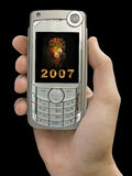2007 und Feuerwerke auf Bildschirmanzeige des Handys in der Hand Lizenzfreie Stockbilder