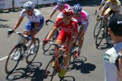 2009 cyclistes voyagent vers le bas dessous Images stock