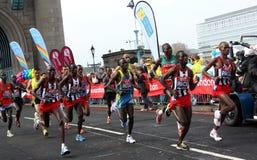 2010位导致的伦敦马拉松运动员 库存照片