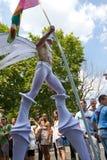 2010年法国同性恋者stiltwalking巴黎的自豪感 库存图片