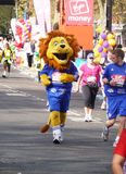2010 25th april roliga london maratonlöpare Arkivbild