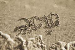 2010 geschreven in zand op strand Royalty-vrije Stock Afbeelding