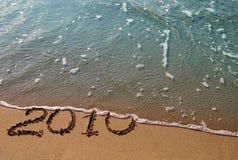 2010 - A inscrição na areia Fotografia de Stock Royalty Free