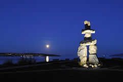 2010 símbolo olímpico - Inukshuk en la bahía inglesa Foto de archivo