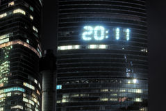 2011个时钟形象显示摩天大楼 图库摄影