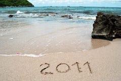 2011 geschrieben in einen Sandstrand Stockfotos