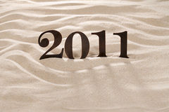 2011 Metalzahlen auf Strandsand Lizenzfreie Stockfotos