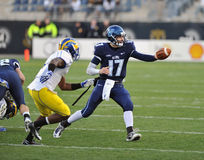 2011 NCAA football - Quarterback pitches Stock Photography